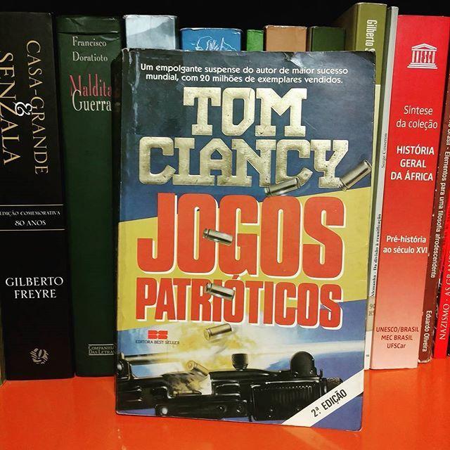 """Comecei a ler hoje """"Jogos Patrióticos"""" do excelente escritor Tom Clancy. Sou viciado nas tramas de espionagem e ciência militar que estão presentes nas obras do autor, principalmente na série do Jack Ryan o qual esse livro pertence. #JogosPatrióticos #PatriotGames #TomClancy. #JackRyan #Ryanverse #TomClancyBrasil #TomClancyBrazil #JackRyanBrasil #JackRyanBrazil #livro #literatura #leitura #book #nerd #nerdcuritibano #NerdLeitor #Curitiba #Paraná #Brasil #Brazil #CWB #BoqueirãoCuritiba…"""
