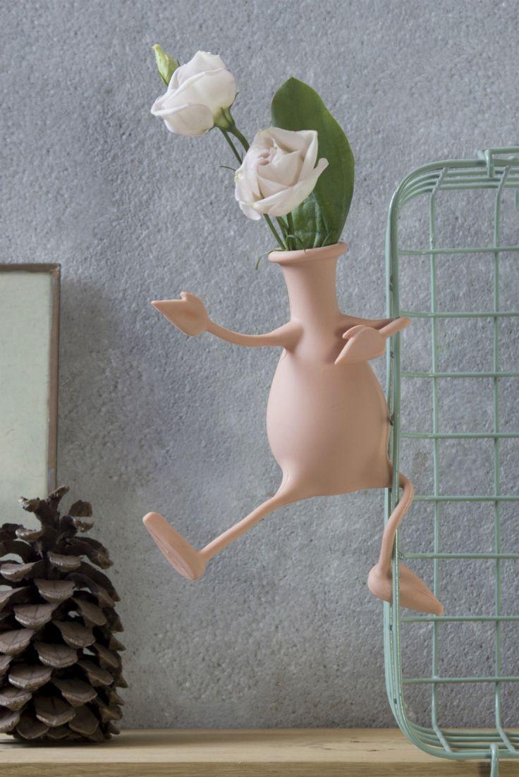 Roze Florino flexibele vaas van Peleg Design. Vaas die flexibel is, want de armen en benen van de vaas zijn buigzaam. Vaas is in meerdere posities neer te zetten, zoals op de rand van een plank, met gevouwen benen, op te hangen aan een rekje, of met benen recht vooruit. De mogelijkheden met de Florino vaas met flexibele benen en armen zijn eindeloos. Gemaakt van siliconen. Kan niet kapot vallen. Vrolijke design en bloemen fleuren de kamer meteen op.