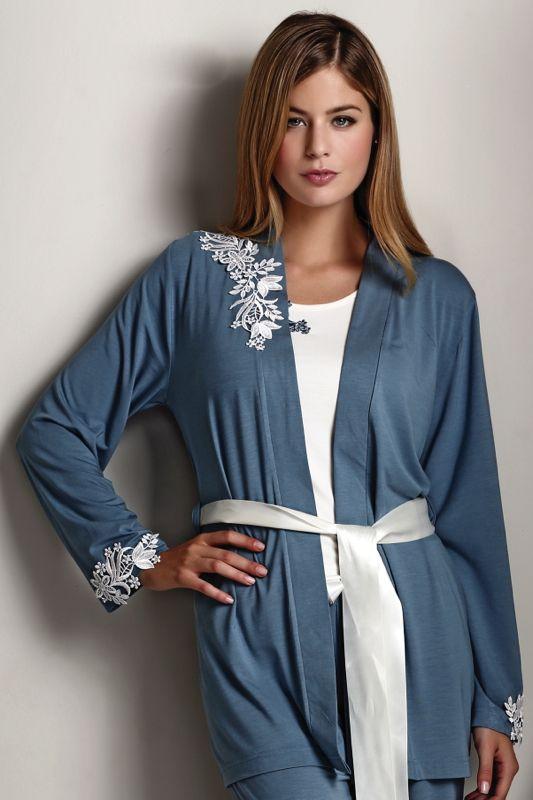 Luxusní trojkombinace v podobě dvoudílného pyžama a županu se saténovou stuhou k dostání i v kombinace modrošedé.