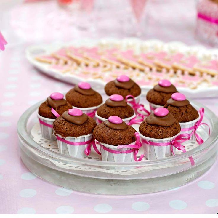 Baka små chokladmuffins till barnkalaset eller fikat.