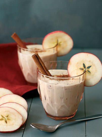 Malzemeler: 1 adet kırmızı elma 1 küçük muz Yarım bardak yulaf ezmesi Yarım çay kaşığı toz tarçın 1 bardak yoğurt.  Hazırlanışı: Elma ve muzu gelişigüzel bölün ve diğer malzemelerle birlikte blender'dan geçirin. Elmanın kabuğunu soymayın, sadece ortasındaki çekirdekleri ve çekirdek yatağını temizleyin. Çok yoğun bir smoothie elde ettiyseniz biraz badem sütü ya da su ekleyebilirsiniz. Eğer soğuk bir içecek yapmak istiyorsanız diğer malzemelerle birlikte blender'a biraz buz koyabilirsiniz.