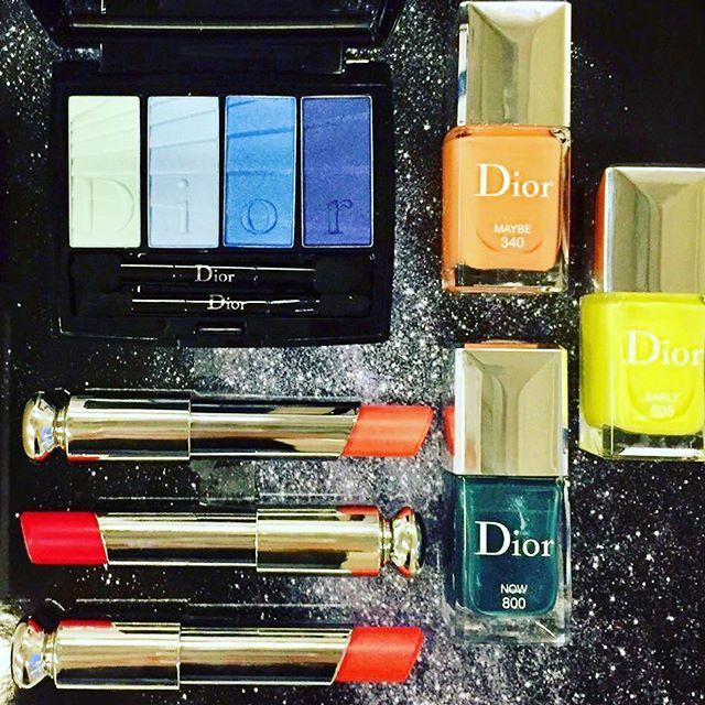 Небольшая часть весенней коллекции Dior Colour Gradation, о которрй я писала раньше с Парижской недели моды. Четырехцветная палитра теней 001 Blue Gradation с гофрированным принтом и логотипом Dior. Три из пяти оттенков новой помады Dior Addict Gradient, которая дает зеркальный блеск. И три новых цвета лака Dior Vernis - 340 Maybe (персиковый), 505 Early (желтый), 800 Now (малахитово-синий). Также есть еще розовй 873 Sudden. Продолжение следует... #бьютиуловдня #бьютиновинки #инстабьюти…