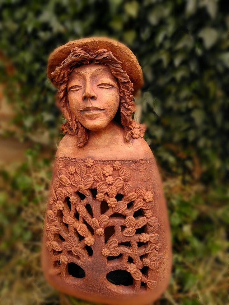 Dívka stromů.... Velikost 50x29cm.Zahradní dekorace ....dívka stromů, vyrobená z terakotové šamotové hlíny, pálená na 1200 stupňů , zatirana oxidy kovů. Může slouzit i jako kryt pro svíčku.                  Upřednostňuji osobni odběr....