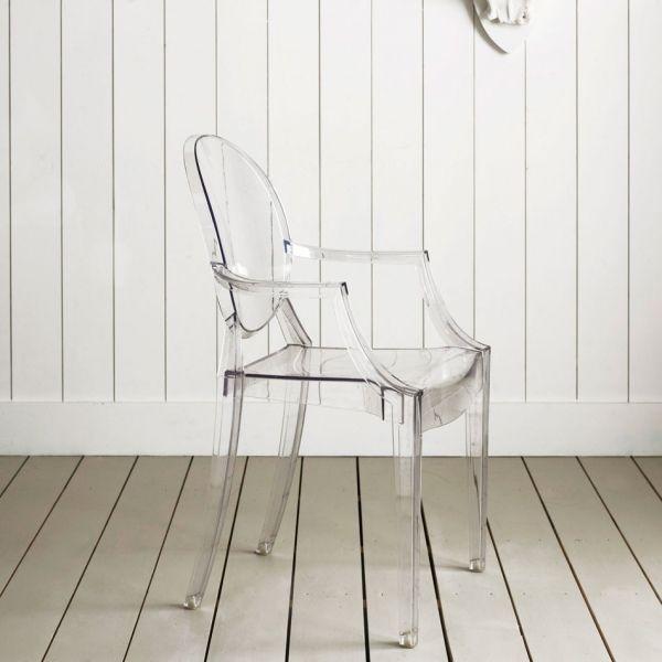 """Автором культового стула Louis Ghost является французский дизайнер Филипп Старк. На самом деле стул является ироничной версией классического кресла в стиле Людовика XV.Как и привидения из мультфильма """"Каспер"""", стул Старка полупрозрачный. В переводе с английского он так и называется – """"Призрак Людовика"""". Стул Louis Ghost – главный бестселлер марки Kartell. Стулья Louis Ghost штабелируются в стопки по шесть штук"""