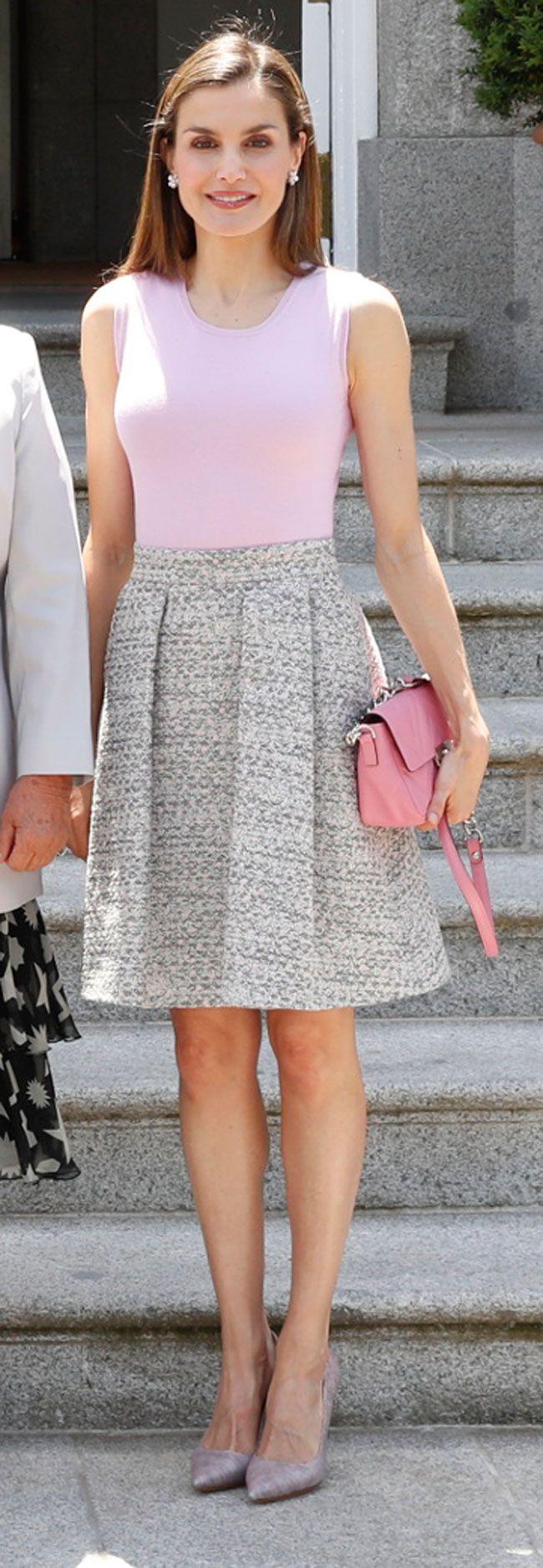 2 junio 2017 - La Reina Letizia de España, lució top y falda de Hugo Boss, zapatos de Magrit y bolso de Uterqüe. Además, se puso los pendientes de flores de Yanes.