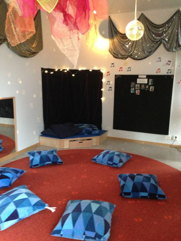 A gathering place: The children meet in the morning and based on their interests and concerns formed the groups. One or two teachers per group then move to the room to work with the materials they need ≈≈ http://www.pinterest.com/kinderooacademy/provocations-inspiring-classrooms/