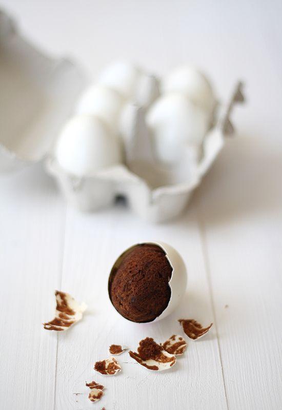 Brownies: cómo hacer brownies en cáscaras de huevo , ¿Creíais que ya lo habíais visto todo? Pues lo siento, pero conmigo nunca se puede estar seguro de nada :P Y no, no son huevos de gallinitas africa...