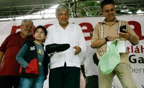 Regala niño zapatos a Andrés Manuel, durante su visita a Naolinco con Cuitláhuac - Al Calor Político