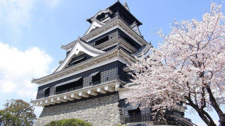Castelo de Kumamoto  O Castelo de Kumamoto um dos três mais famosos castelos do Japão e se localiza em Kumamoto. Dizem ter sido construído em aproximadamente 1467. O castelo foi sitiado durante a Rebelião de Satsuma (1877), tendo sido saqueado e queimado depois de um cerco de 53 dias.  A fortaleza central do castelo foi reconstrução em 1960. As paredes de pedra curvadas, conhecidas como musha-gaeshi, assim como as saliências de madeira, foram desenhadas para prevenir a entrada dos inimigos…