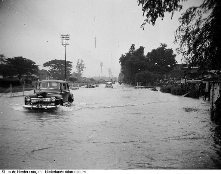 Auto rijdt in overstroomde straat na moessonregen in Surabaya, Indonesië (1950) | Flickr - Photo Sharing!