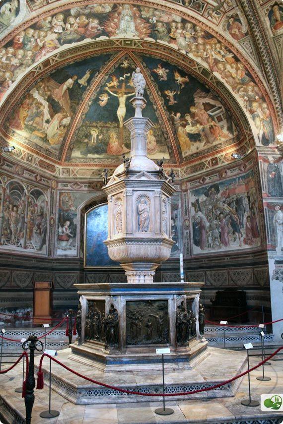 Siena (Italia) - Battistero di San Giovanni - la decorazione ad affresco delle volte illustra gli Articoli del Credo (per la maggioe parte è opera del Vecchietta)