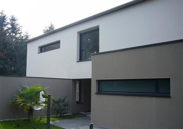 La façade contemporaine et contrastée