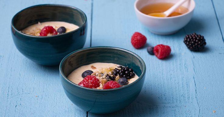1 mango; 1 banaan;  gemengde bessen; 10 muntblaadjes; 3 el yoghurt op Griekse wijze;  gemengde noten gehakt; 1 el vloeibare honing