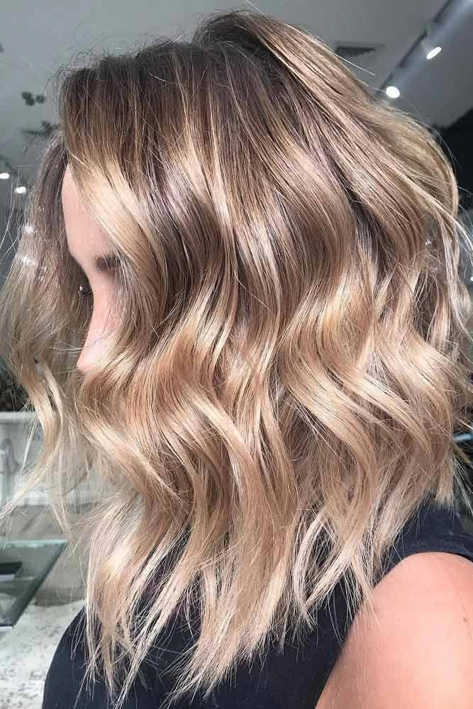Svetlo smeđa talasasta stepenasta bob frizura
