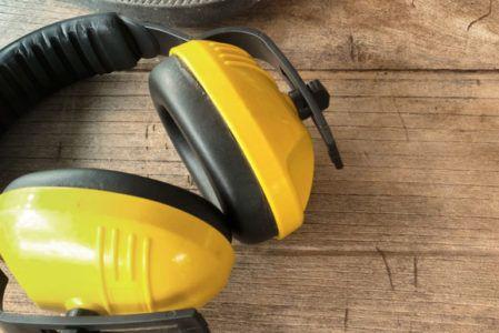 Niektóre zawody ściągają na wykonujących je niebezpieczeństwo w postaci uszkodzenia słuchu. Narażeni są na nie głównie pracownicy budowlani oraz pracujący w zakładach produkcyjnych przy głośnym sprzęcie. W celu zapewnienia ochrony słuchu, pracownicy ci muszą mieć dostęp do odpowiednich środków ochronnych. Kiedy na pracodawcy ciąży obowiązek ochrony słuchu zatrudnianych przez siebie osób oraz jakie środki ma …