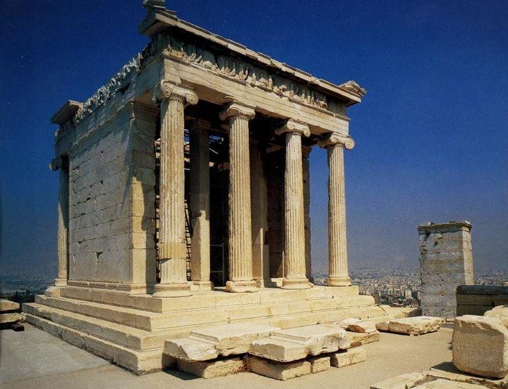 Templo griego del 480 a.C. Y se encuentra en la Acrólis de Atenas. Fue construido en mármol. Orden jónico, tetrástilo y anfipróstilo. Consta de crepidoma con estereóbatos y estilóbato. Sus columnas de fuste delgado constan de basa, un capitel con volutas entre el equino y el ábaco y finalmente el entablamento arquitrabado con tres bandas en saledizo, friso decorado y cornisa en saledizo. Construido en conmemoración de la victoria de los griego sobre los persas y en su interior se encontraba…