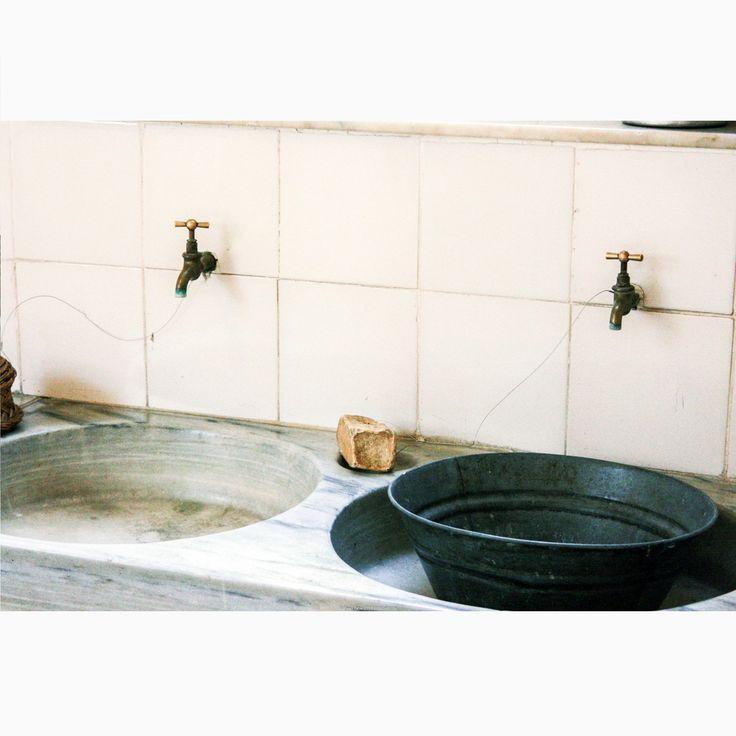 Шикарно для постирочной 20 века!.. Я бы от такой не отказалась *Квартира-музей, демонстрирующая типичный интерьер начала 20 в. в Барселоне. Дом Ла Педрера, или Дом Мила, Антонио Гауди  #барселона #испания #casamila #lapedrera #испанскийинтерьер #гауди #ретро #постирочная #дизайнинтерьера #дизайнинтерьеров #интерьер #иннабюж #interiordesign