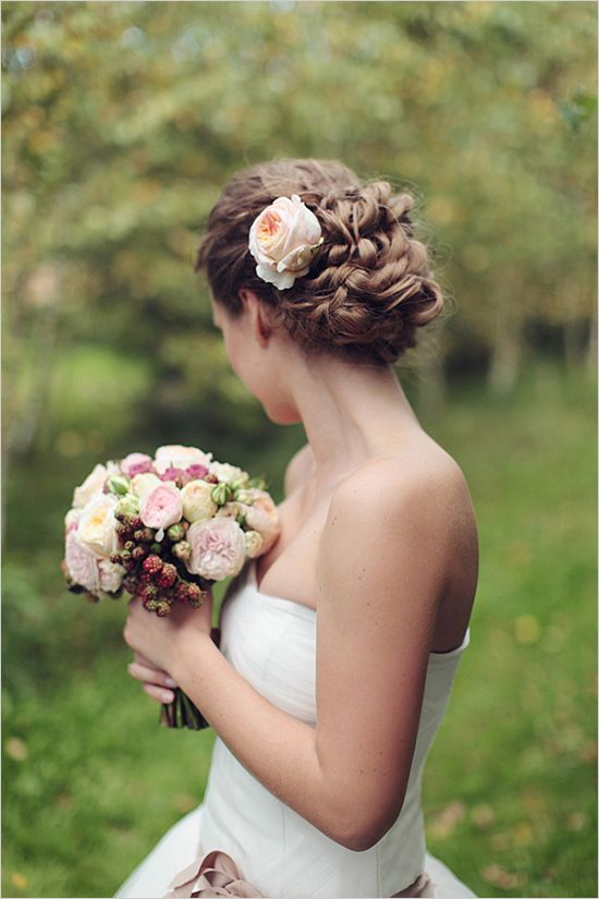 Coiffure mariée style romantique Romantic up-do wedding hair style.