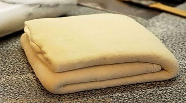 Echipa Bucătarul.tvvă oferă o rețetă foarte simplă de aluat foietaj, care se prepară în doar 10 minute. Aluatul este foarte gustos și aerat și poate fi folosit la prepararea tartelor, pizzei, prăjiturilor și plăcintelor. Aluatul este foarte elastic și absolut fantastic, este ușor de modelat, delicios și nemaipomenit de bun! Notă:aluatul se păstrează foarte binela …