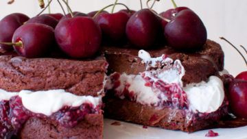 A super mouth-watering recipe! This vegan cake is super fantastic! The combination of chocolate, coconut whipped cream and cherry jam is simply perfect! A super delicious cake that is perfect for any occasion! #vegan #recipes #veganfood #cakes #cherries #dessert