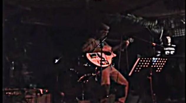 Il video è un estratto di un concerto dei Canoni Inversi band romana.Il brano parla della tragicità del nostro tempo delle ingiustizie sociali e della politica che ci butta a terra.