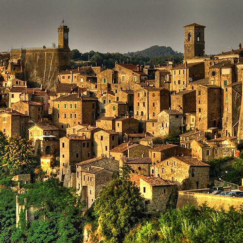 Sorano, Toscane. Italie #tourisme #campingcar