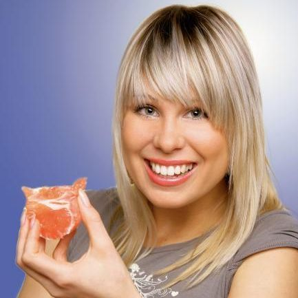 Biolátky, ktoré grep obsahuje, podporujú spaľovanie tukov, ako aj látkovú premenu cukrov. Preto zaraďte toto ovocie do svojho denného jedálneho lístk