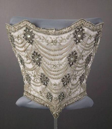 """Корсаж свадебного платья из белой тафты и белого атласа, с вышивкой шёлком, """"серебром"""", стразами и жемчугом. 1896 г. Из коллекции Чикагского исторического музея."""