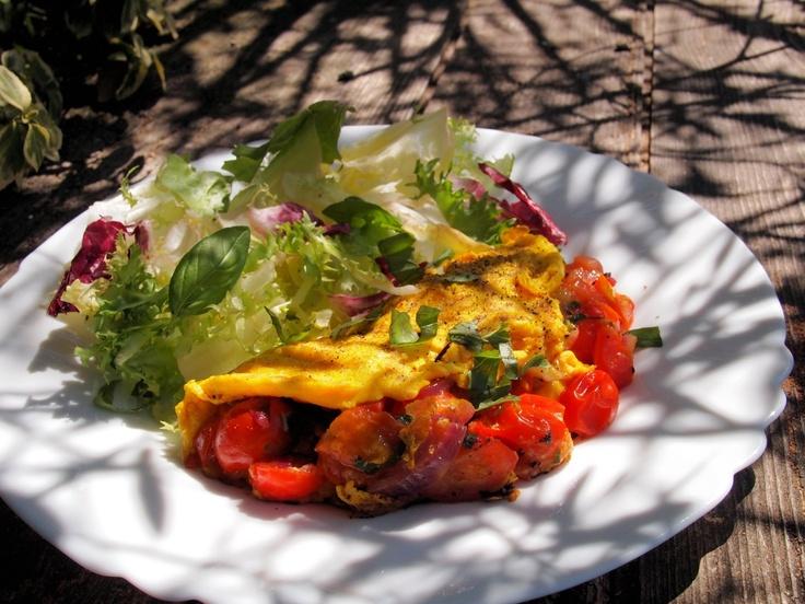 Desayuno Parisino: Omelette de Champiñones, tocineta y tomates secos, con Tostadas a la francesa, Frutas, Jugo Natural y Bebida Caliente.