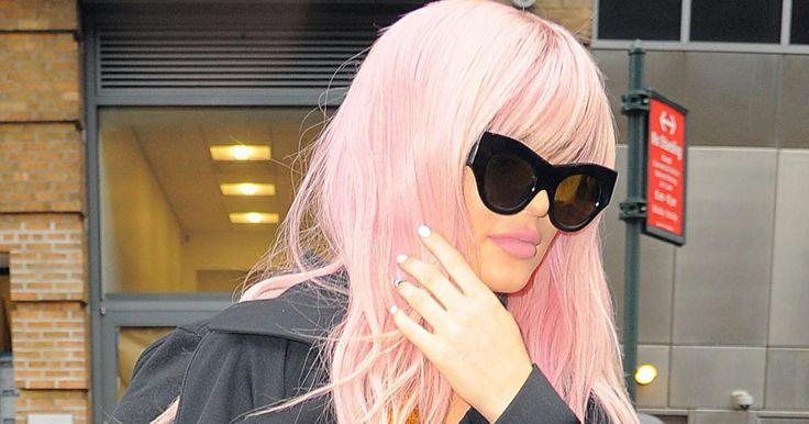 Kylie Jenner, méconnaissable en perruque rose et robe dorée au défilé Vera Wang
