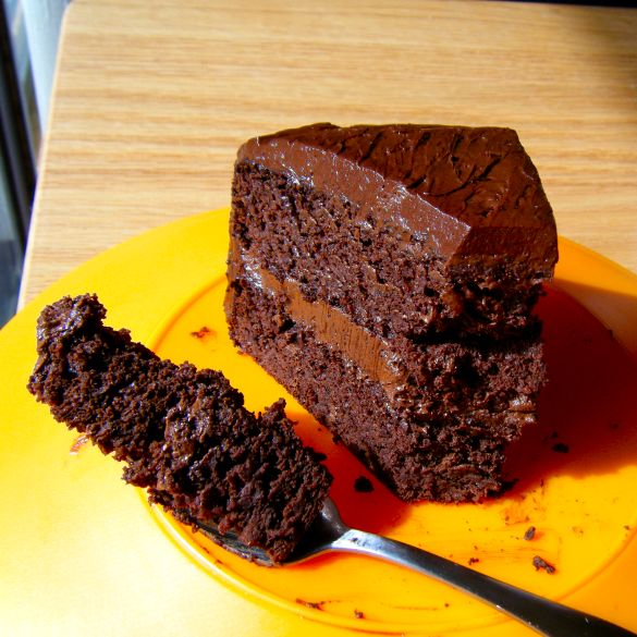 Healthy Chocolate Cake: flourless (the cake is made with black beans & the frosting is made with Avocado!)
