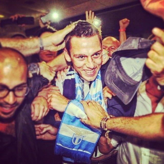 I tifosi della #Lazio accolgono con grande entusiasmo il neo-acquisto #DeVrij, che oggi era a #Roma per le visite mediche! // Lazio fans greeted with great enthusiasm their new defender: De Vrij. The Dutch player was in Rome to sustain his medicals before signing the contract with his new club.