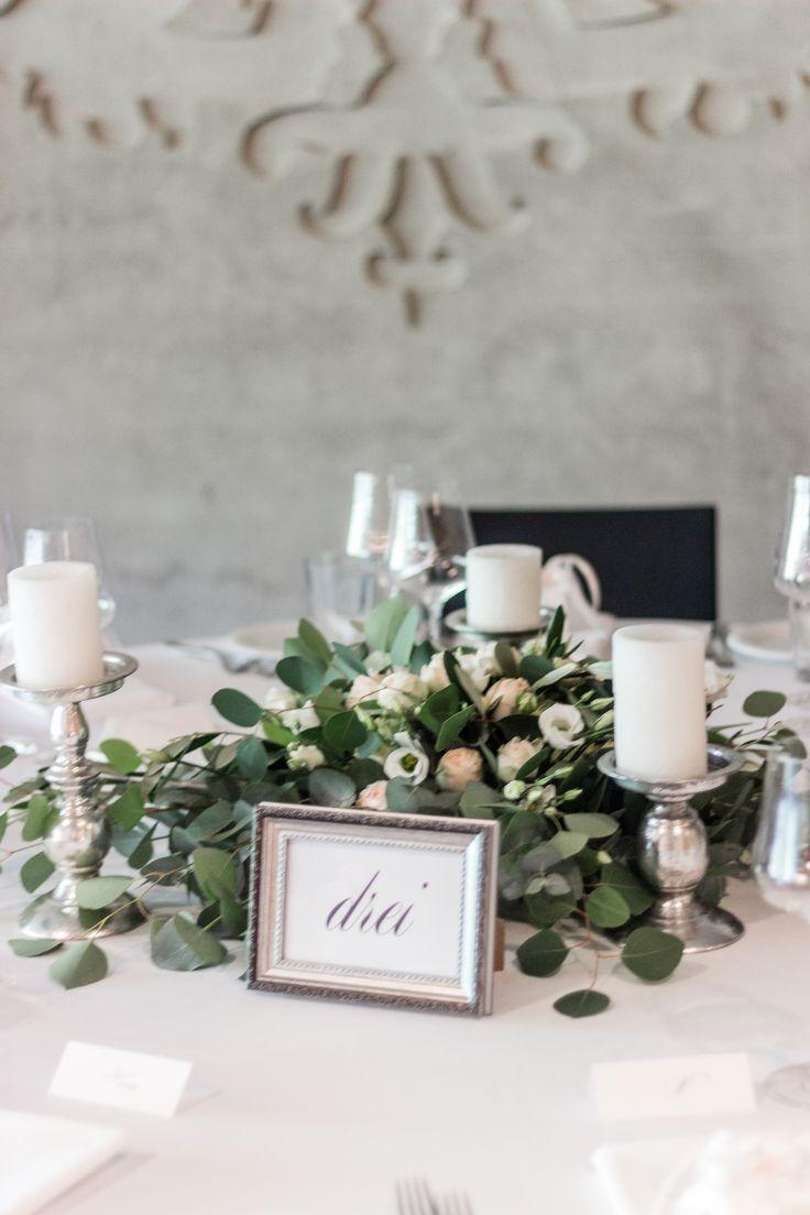 Zauberhafte Tischdeko für runde Tische mit Eukalyptus, englischen Rosen, Lisianthus und Olivenzweigen! #hochzeitsfloristik #kellerwirtschaft #oberber…