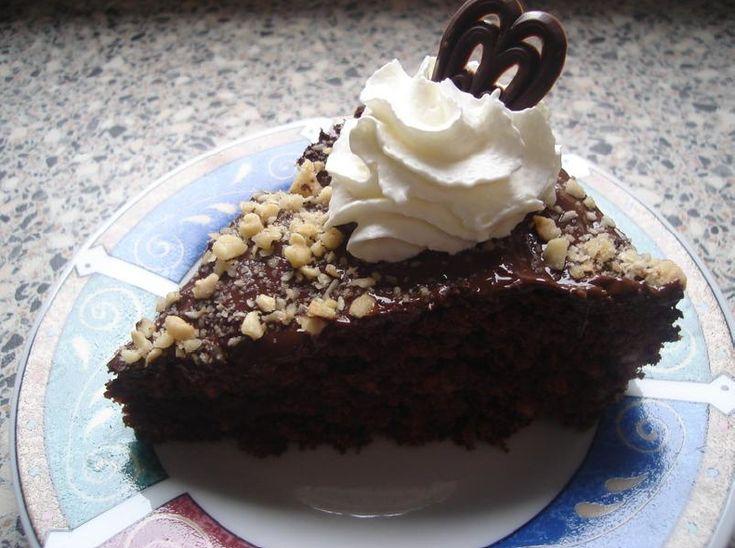 Recept voor een chocolade hazelnoottaart. Heb er een stukje van geproefd en hij is lekkerrrrrrrrr. Voor wie de brownietaart te machtig vond is deze ideaal!! Laat de boter en de chocolade smelten.