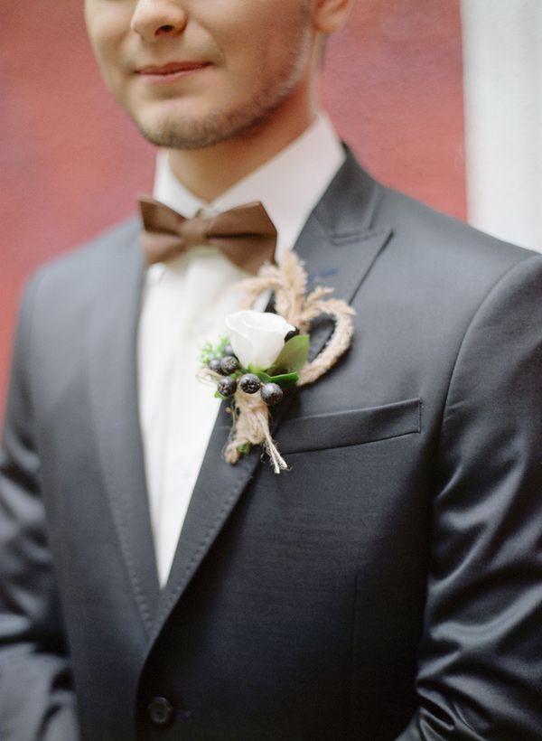 Бутоньерка жениха. Белая роза. Фото: Максим Колибердин