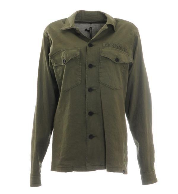 Penn & Ink jack. Dit jasje heeft een tekst print op de rug, 2 borstzakjes en een knoopsluiting. 53% linnen, 45% katoen, 2% elasthan