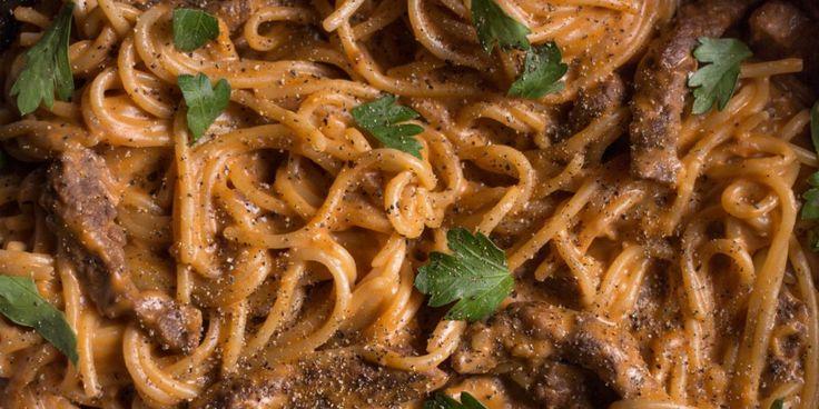 Что готовить на ужин каждый день: бефстроганов со спагетти в одной посуде - Лайфхакер