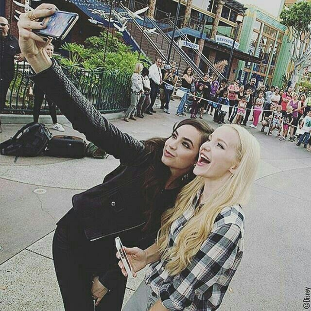 Bff pic of dove Cameron and Sofia Carson!!
