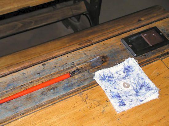 De inktlap maakten we zelf van diverse lapjes met een knoop in het midden. Rechts het inktpotje afgesloten met een verschuifbaar dekseltje. Onze banken zagen er wel netter uit!