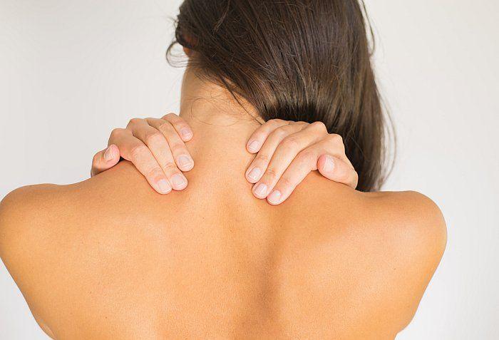 Tatsächlich treten Funktionsstörungen der Halswirbelsäule bei Tinnitus häufiger begleitend als ursächlich auf. Beide Symptome können zusammen auftreten: Sind wir zum Beispiel aufgrund eines stressigen Alltags angespannt, können muskuläre Verspannungen um die Halswirbelsäule entstehen.