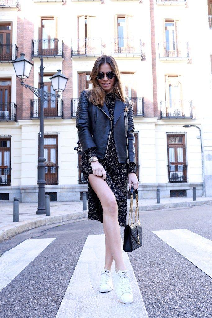 Cazadora cuero/leather jacket: Uterqüe. Vestido/dress: Bershka. Zapatillas/sneakers: Adidas. Bolso/bag: YSL. Gafas de sol/sunnies: Dior. Reloj/watch: Michael Kors.