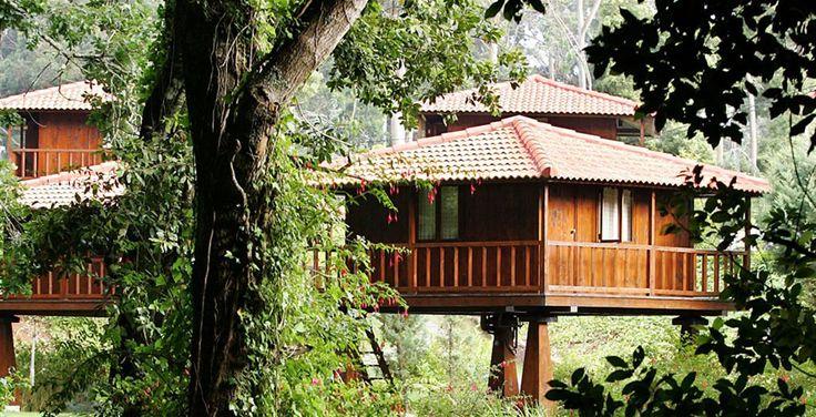 Voor vannacht heb ik een bijzondere slaapplek: een houten paalwoning, gelegen aan een riviertje midden in de groene natuur van Madeira. Terwijl ik hier aan het zwembad lig, en een blik werp op de huisjes van Quinta das Eiras en de natuur, waan ik mezelf in een klein paradijsje… Liefs, Eliza
