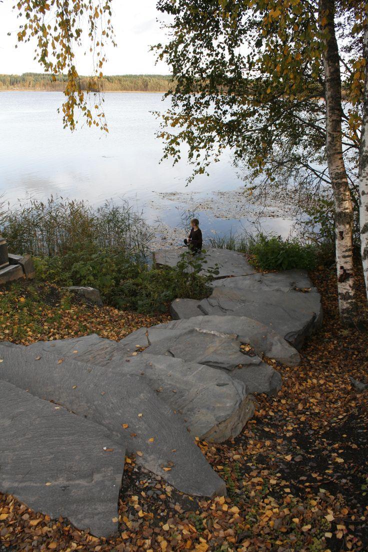 Kivipolku rannalle Viinijärven Kivestä.
