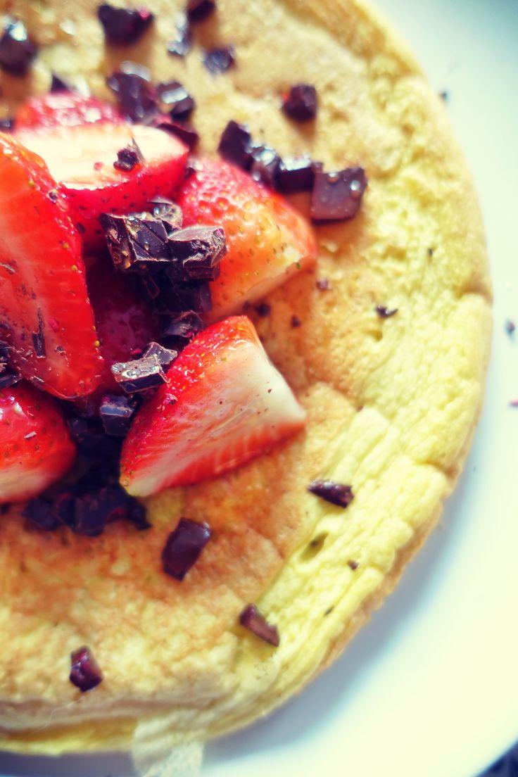 Omlet jaglany z truskawkami i czekoladą