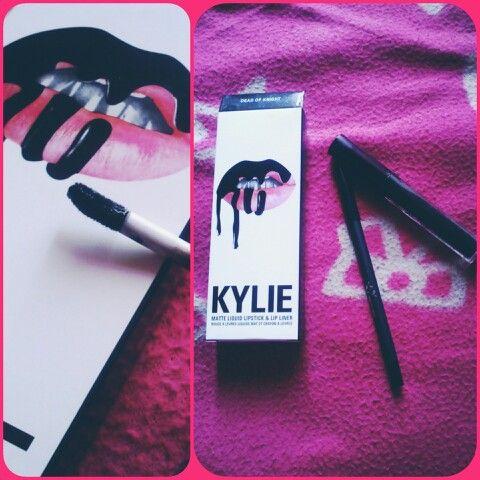 """Купила, что называется, """"для коллекции"""" - на себе мне черные губы не нравятся. #Kylie #lipkyile"""