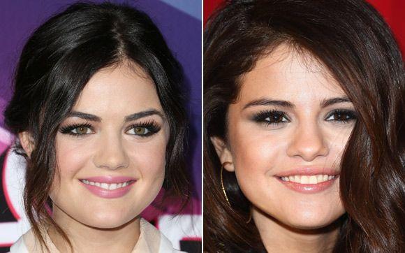 Lucy Hale e Selena Gomez As duas são atrizes e cantoras. Uma vez, Lucy contou em uma entrevista que já pediram um autógrafo para ela na rua pensando que ela era a Sel! O cabelo escuro, os olhos grandes, a sobrancelha grossa e o sorriso ajudam na semelhança.