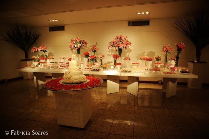Decoração mesa de doces, arranjos em forma de bouquet - déco de mariage, table des desserts - fleurs réunies façon bouquet
