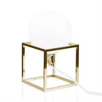 Moderni Cube-pöytävalaisin tulee ruotsalaiselta Globen Lightingilta ja sen on suunnitellut Patrick Hall. Valaisimessa on tukeva kuutionmuotoinen kehys ja kauniin pyöreä opaalilasinen kupu. Eri värejä.