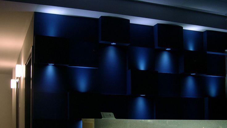 Εσωτερική διακόσμηση σε χώρο υποδοχής  ιατρείου. Φωτιστικό τοίχου με χωνευτές λάμπες σε ανισομεγέθεις κύβους. Δείτε περισσότερα έργα μας στο  http://www.artease.gr/interior-design/emporikoi-xoroi/