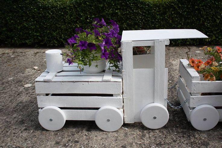 Deko-Zug selber machen - Schöne Gartendekoration. Wenn Sie alte Holzkörbe haben, können Sie ganz einfach solche tolle Dekoration selber machen.